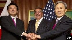 제11차 아시아안보회의에 참석해 손을 맞잡은 미한일 국방장관