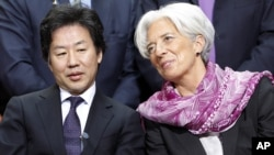 International Monetary Fund Managing Director Christine Lagarde speaks with speaks with Japan's Finance Minister Jun Azumi at the IMF/World Bank spring meetings in Washington, April, 21, 2012.