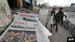 Trang đầu của báo chí ở Bắc Kinh chạy hàng tít 'TT Mubarak chuyển giao quyền lực' và đăng hình dân chúng Ai Cập ăn mừng, ngày 12 tháng 2, 2011
