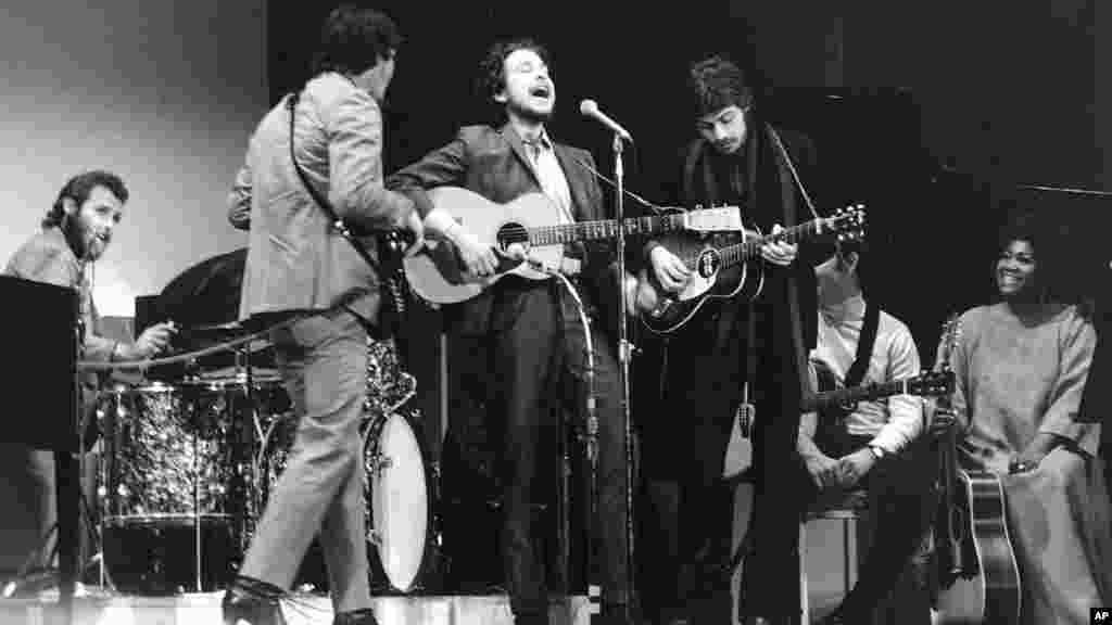 Le chanteur de folk Bob Dylan, sur scène avec ses musiciens, Levon Helm, Rick Danko, et Robbie Robertson, à New York, le 20 janvier 1968.