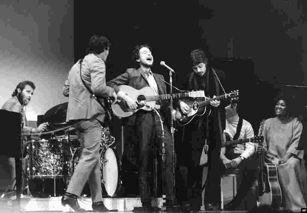 1968年1月20日民歌歌手卜戴倫(中)和樂隊在紐約卡內基音樂廳演出。