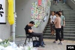 一位疲憊的抗議者坐在椅子上睡著了(美國之音記者申華拍攝)