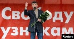 反对派领导人鲍里斯·涅姆佐夫2013年在莫斯科的一次示威集会中讲话