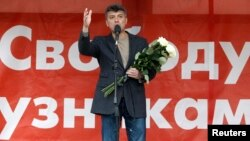 Ông Boris Nemtsov nói chuyện với các ủng hộ viên trong một cuộc biểu tình phản đối ở Moscow, 6/5/2013