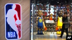一名男子从北京一家NBA专卖店走出。(2019年10月8日)