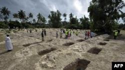 Các ngôi mộ được đào để chôn các nạn nhân vụ chìm taà gần các hòn đảo của Zanzibar, Tanzania, ngày 11/9/2011