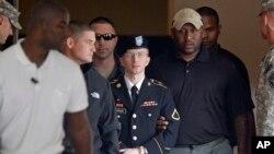 Prajurit Bradley Manning di luar pengadilan militer di Fort Meade, Maryland, 2013. (Foto: Dok)