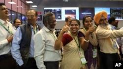 印度空间研究组织的科学家和官员欢呼庆祝火星轨道器任务成功