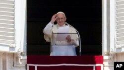 El papa Francisco saluda a la multitud en la Plaza de San Pedro, en el Vaticano, el domingo, 10 de junio de 2018.