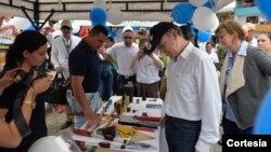 El Presidente Juan Manuel Santos verifica las minas antipersonal y las herramientas usadas por la organización civil The Halo Trust para desactivarlas. Foto Cortesia: Presidencia de Colombia.