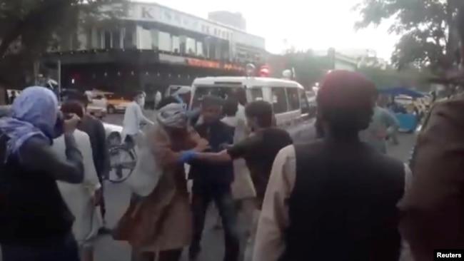 Patlamada yaralananlar hastaneye taşındı. (ASKAVA NEWS)