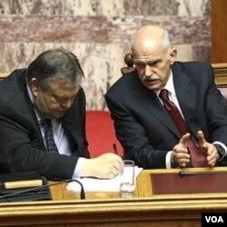Pemerintahan PM George Papandreou (kanan) akan kehabisan anggaran operasional pemerintahan bulan depan tanpa kucuran dana talangan baru.