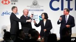 2019年4月10日美国国务院负责贸易政策谈判的副助理国务卿米德伟(左二)到访台湾与蔡英文会面