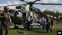 Tentara yang terluka dievakuasi di Luhansk, Ukraina Timur.