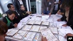 Funcionarios del Instituo Federal Electoral recuentan los votos de la elección presidencial del domingo. Los resultados finales favorecen a Enrique Peña Nieto.
