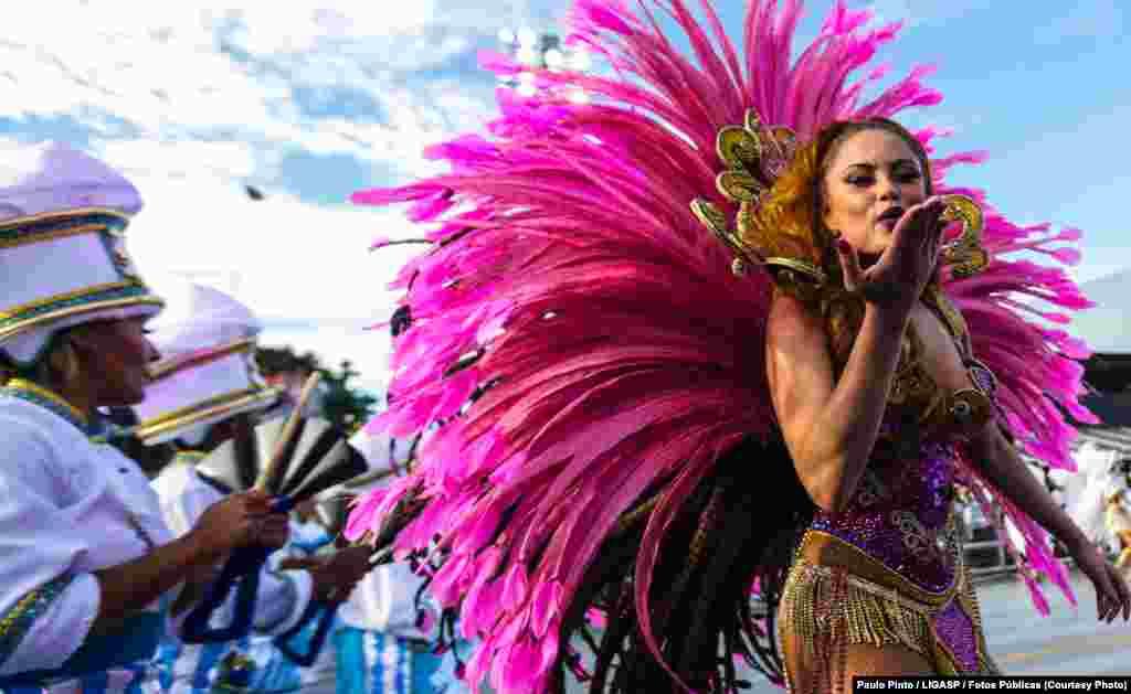 Segundo dia dos desfiles das escolas de samba do Grupo Especial, no sambódromo do Anhembi. Desfile da Rosa de Ouro.