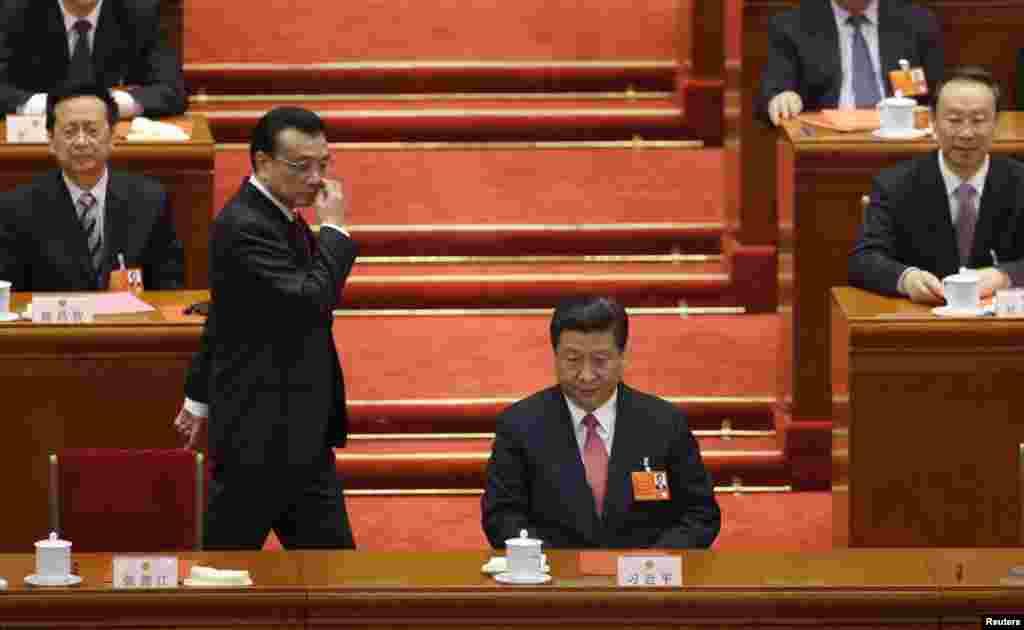 14일 중국 인민대회당에서 열린 전국인민대회에서 투표 후, 시진핑 신임 국가주석(오른쪽) 뒤로 지나가는 리커창 중국 총리 내정자.