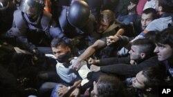 스페인 정부가 새 긴축정책 발표를 앞둔 가운데, 26일 마드리드에서 벌어진 반대 시위 도중 출돌한 진압경찰과 시위대.