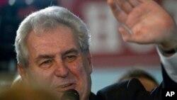 Ông Milos Zeman vẫy chào cử tọa và phóng viên tại trụ sở chiến dịch bầu cử của ông ở Praha, CH Czech, ngày 26 tháng 1, 2013