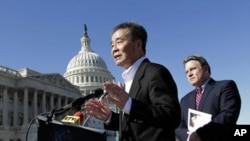 2011年3月7日,吴弘达 在 美国国会大厦 前发表讲话,身后是美国议员 克里斯·史密斯