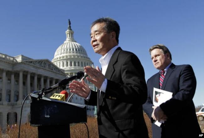 2011年3月7日,吴弘达在美国国会大厦前发表讲话,身后是美国议员克里斯·史密斯
