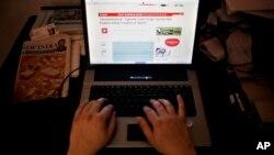Seorang warga India menggunakan internet di sebuah warnet di New Delhi, India (foto: dok).