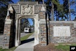 Pintu masuk ke kampus Universitas Duke utama terlihat di Durham, N.C., Senin, 28 Januari 2019. (Foto: AP)