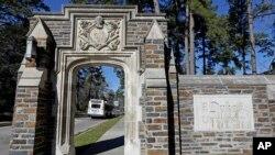 Cổng chính trường đại học Duke ở Durham, North Carolina. (ảnh chụp ngày 28/1/1019) Trường hợp tác với trường đại học Vũ Hán để mở một chi nhánh tại Kunshan.