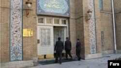 خبرگزاری می گوید این لحظه ورود سفیر ترکیه به وزارت خارجه ایران برای پاسخگویی است.