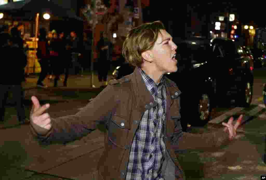 Une personne hurle lors d'une manifestation contre le président élu Donald Trump, à Seattle Capitol Hill, le 9 novembre 2016.