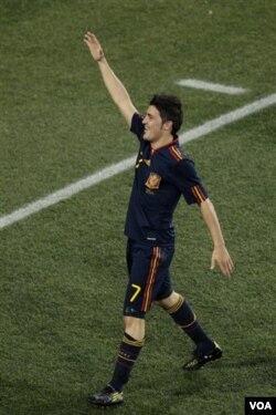 David Villa merayakan gol tunggalnya menjelang akhir babak kedua semifinal lawan Paraguay. Spanyol akhirnya menang 1-0.