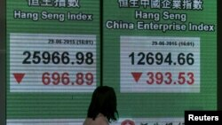 Bảng hiển thị chỉ số Hàng Sinh và chỉ số Hàng Sinh Doanh nghiệp Trung Quốc bên ngoài một ngân hàng ở Hồng Kông ngày 29/6/2015.