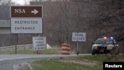 一辆警车停在一个指向通往美国国安局的被关闭的路口上(资料照片)