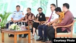 Tim Pemulangan WNI dari Hubei, China, bersama Menlu Retno Marsudi, di Jakarta, Selasa (18/2). (Foto: Kemlu RI)