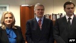 Šefica pregovaračkog tima Prištine, Edita Tahiri, posrednik EU Robert Kuper, i šef pregovaračkog tima Beograda, Borislav Stefanović, Brisel, 21. novembar 2011.