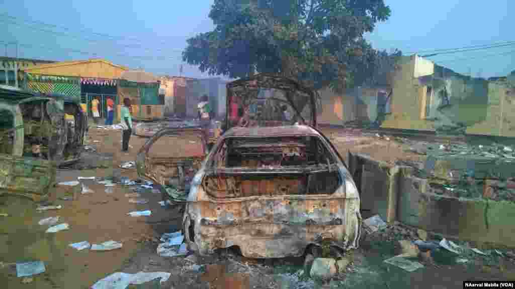 Des manifestants en colère ont saccagé et mis à feu un poste de police, des boutiques et des véhicules pour venger le meurtre d'un commerçant à Kasumbalesa, dans l'ex-province du Katanga, 9 septembre 2016. VAO/Narval MabilaSelon