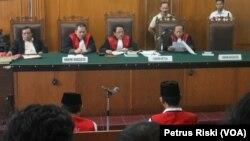 Suasana persidangan di Pengadilan Negeri Surabaya. (Foto: Petrus Riski/VOA)