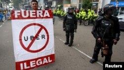 Taxistas en Bogotá, Colombia, protestan contra la presencia de Uber.