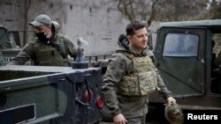 Президент Украины Владимир Зеленский в ходе визита на позиции ВС в Донецкой области. 9 апреля 2021.