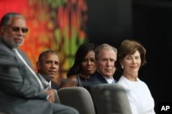 (右起)小布什夫人,美国前总统小布什,奥巴马夫人,美国总统奥巴马在非洲裔美国人历史文化博物馆开馆仪式上(2016年9月24日)