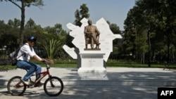 Памятник Гейдару Алиеву в Мехико.