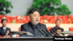 18일 평양에서 열린 전국 경공업대회에 참석해 연설한 북한 김정은 국방위원회 제1위원장. 19일 조선중앙통신이 보도했다.
