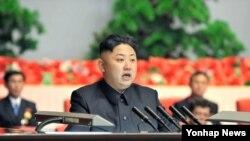 지난달 18일 평양에서 열린 전국 경공업대회에 참석해 연설한 북한 김정은 국방위원회 제1위원장. 19일 조선중앙통신 보도.