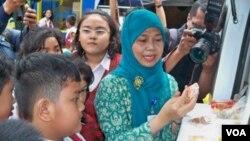 Seorang petugas BPOM Bandung memberikan penyuluhan mengenai jajanan yang mengandung zat berbahaya di sebuah sekolah (VOA/R.Teja Wulan).