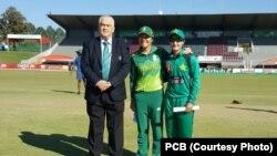 پاکستانی وومن ٹیم اور جنوبی افریقہ وومن ٹیم کے درمیان ون ڈے انٹرنیشنل سیریز کے پہلے میچ کے موقع کی تصویر۔ 6 مئی 2019