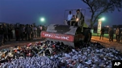 파키스탄 라호르에서 경찰이 적발한 불법 수입 의약품과 주류를 폐기처리하고 있다. (자료사진)