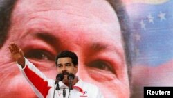 La idolatría por Chávez solo se compara a la de Stalin en la Unión Soviética, Mao en China, y Fidel Castro en Cuba.