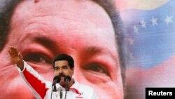 Phó Tổng Thống Venezuela Nicolas Maduro phát biểu trước hình ảnh của Tổng thống Hugo Chavez.
