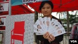 獨立中文筆會香港辦公室主任潘嘉偉展示該會印刷、印有多位中國獄中作家漫畫頭像的書籤,呼籲中國當局釋放所有良心犯