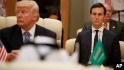 El asesor Jared Kushner, derecha, escucha durante una reunión del presidente Donald Trump en la Cumbre del Consejo de Cooperación del Golfo, en Arabia Saudí.